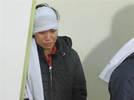 Chị Nguyễn Thị Phương, bạn gái của Công Hùng chết lặng trong góc nhà. Ảnh: Nguyên Khoa