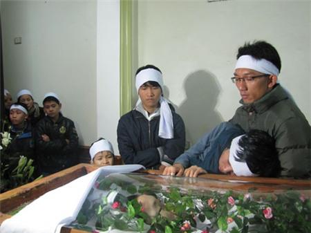 Người thân trong gia đình chết lặng khi nghe tin Công Hùng đột ngột qua đời. Ảnh: Nguyên Khoa