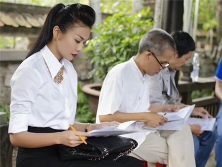 Làm mới 3 chiếc áo trắng thông dụng sáng tạo như sao Việt 1