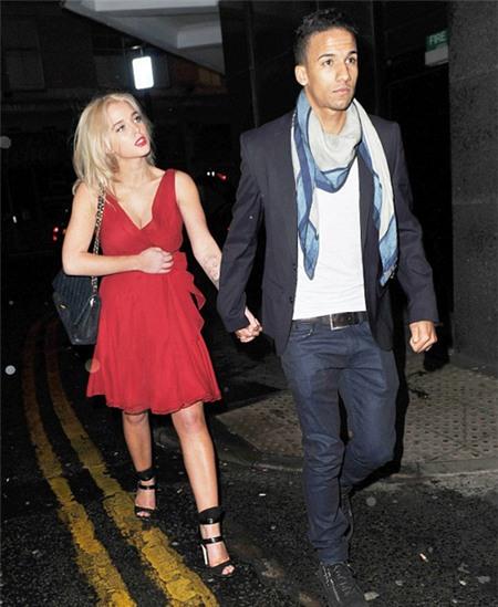 Tối 9/3, nữ diễn viên tóc vàng đình đám e thẹn nắm tay bạn trai, tiền vê Scott Sinclair tới nhà hàng Gaucho, Manchester, ăn tối.