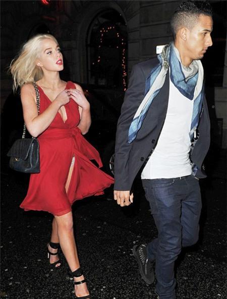 Nữ diễn viên 22 tuổi buộc phải bỏ tay bạn trai ra để giữ áo, tránh gặp sự cố tiếp theo.