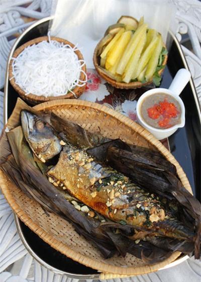 Thịt cá ngọt, thấm gia vị, thơm mùi lá chuối nướng được dùng kèm với khế, bún và chấm với mắm nêm cay nồng.