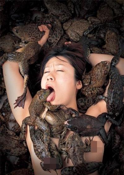 """""""Rùng mình"""" nhét lươn, cá, cóc... vào chỗ kín để chụp ảnh khiêu dâm 3"""