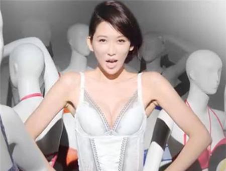 """Lâm Chí Linh bị chỉ trích vì cởi áo """"phơi"""" nội y 2"""