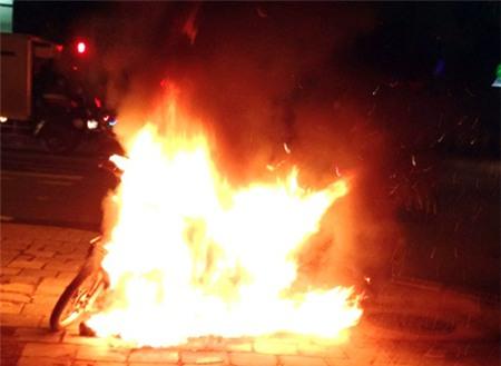 Châm lửa đốt xe vì bị cảnh sát giao thông phạt