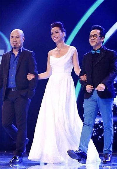 Như Hoa Hậu được hai anh siêu mẫu đưa ra sân khấu.