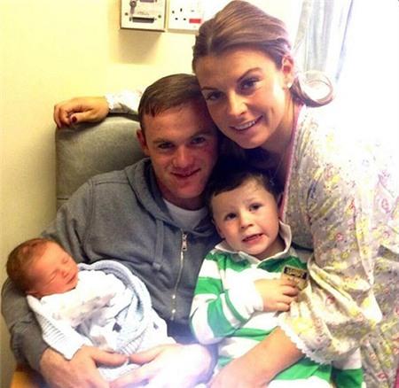 Rạng sáng qua (theo giờ địa phương), Coleen hạ sinh quý tử thứ hai cho Rooney.