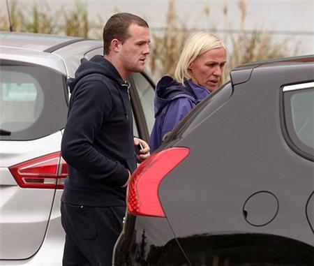 Mẹ Rooney, bà Jeanette, và em trai Rooney, Graeme, rời khỏi bệnh viện sau khi thăm Coleen và bé Clay.