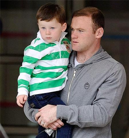 Cậu nhóc đáng yêu được bố bế khi tới bệnh viện.