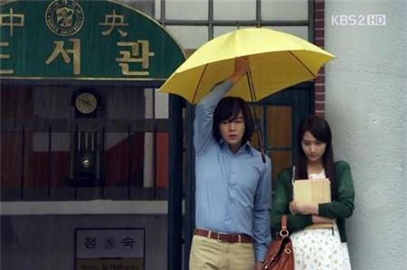 Tình yêu bùng cháy giữa trời mưa trong phim Hàn - 1