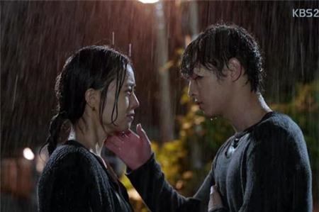 Tình yêu bùng cháy giữa trời mưa trong phim Hàn - 14