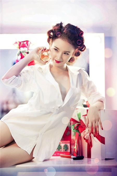 Angela Phương Trinh tiếp tục mặc cũn cỡn, múa cột trong quán bar
