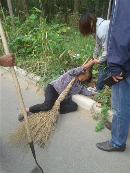 Thiếu nữ 16 tuổi giật tóc, giẫm đạp bà nội ngay giữa đường 1