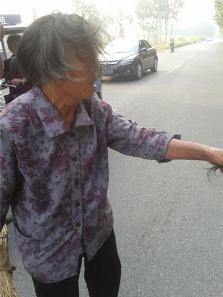 Thiếu nữ 16 tuổi giật tóc, giẫm đạp bà nội ngay giữa đường 2