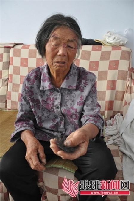 Thiếu nữ 16 tuổi giật tóc, giẫm đạp bà nội ngay giữa đường 3