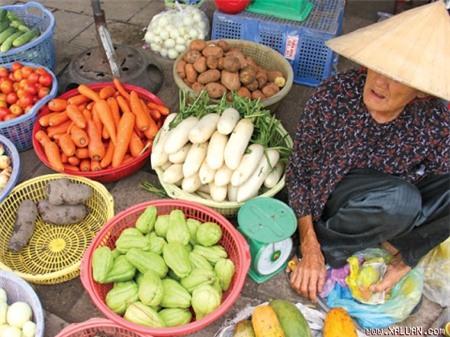Thông tin củ cải và càrốt rửa bằng hoá chất đã được ban quản lý chợ nông sản xác nhận là có, liệu số hàng hoá đó có lẫn lộn trong các cửa hàng bán lẻ như thế này?