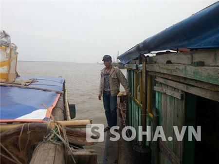 Hình ảnh anh Nguyễn Hữu Huy chồng của nạn nhân cùng với các thành viên khác trong gia đình tiến hành tìm kiếm tại khu vực cửa biển Ba Lạt (Ảnh do ông Quang cung cấp).