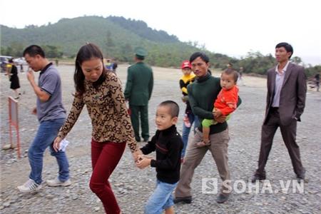 Các em nhỏ cũng được bố mẹ đưa đến viếng Đại tướng và kể cho các em nghe rất nhiều những câu chuyện về vị Tướng huyền thoại.