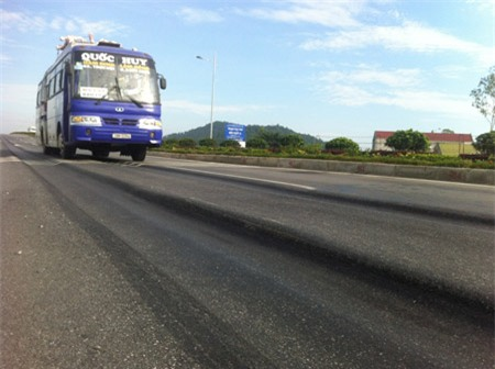 Những vết hằn, lún mặt đường xuất hiện trên một đoạn Quốc lộ 1 dù mới được đưa vào khai thác sau khi nâng cấp.
