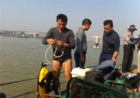 Xác định được vị trí tìm kiếm, các thợ lặn chuẩn bị đồ nghề để tiến hành nhiệm vụ