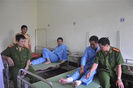 Hai chiến sĩ CSGT TP Nam Định phải nhập viện do bị lái xe vi phạm tấn công.