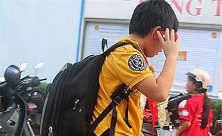Sử dụng điện thoại quá sớm sẽ không tốt cho các em học sinh.