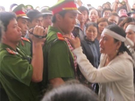 Bà Ngô Thị Tuyết (chị nạn nhân) tức giận phản ứng.