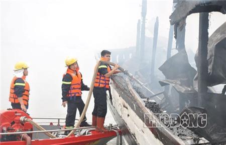 Một nhân viên của tàu QN 6018 - con tàu trực tiếp tham gia dập lửa ban đầu - cho biết, từ xa nhìn thấy khói nghi ngút bốc lên từ tàu QN 3736, thuyền trưởng hô hoán nhân viên chuẩn bị sang hỗ trợ dập lửa.