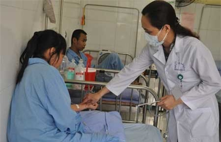 Bác sĩ Mai Thị Hường, Phó khoa Khám bệnh hỏi thăm sức khỏe bệnh nhân.