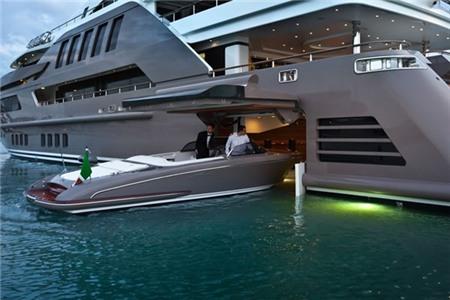 J'ade, du thuyền có garage nổi đầu tiên trên thế giới