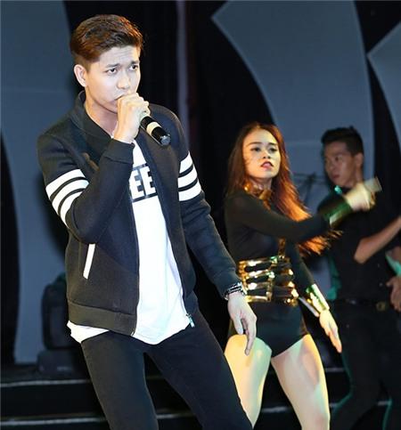 Trương Quỳnh Anh mặc sexy, ôm Tim trong hậu trường sân khấu