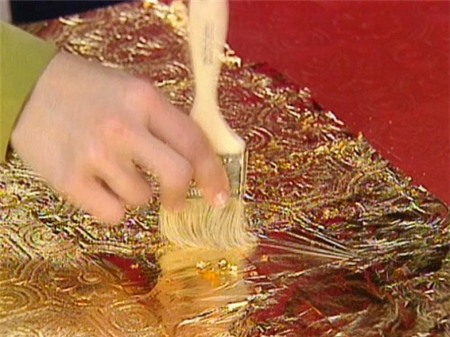"""Trước khi """"cập bến"""" Hà Nội, thiết bị đã mất 3 tháng để hoàn thiện dát vàng. Các nghệ nhân chế tác tại Bourbon, (Pháp) phủ ba mặt của bộ loa, các chi tiết bề mặt và thùng loa bằng các lá v�"""