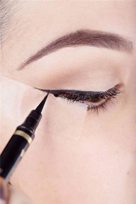 14 mẹo nhỏ giúp bạn kẻ eyeliner mỏng, đẹp, sắc như tranh vẽ 2