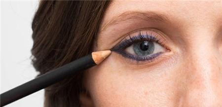 14 mẹo nhỏ giúp bạn kẻ eyeliner mỏng, đẹp, sắc như tranh vẽ 8