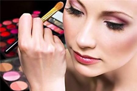 Phủ mắt bằng quá nhiều mỹ phẩm: Vì sợ phấn mắt dễ trôi, bạn thường tán nhiều lớp với nhiều loại khác nhau. tuy nhiên, bạn chỉ cần sử dụng gel hoặc bút chì lót. Dùng các loại bút kẻ mắt làm cho đường vẽ chính xác hơn và tránh bị lem ra ngoài.
