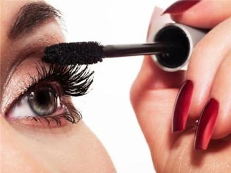 Mascara bị vón cục trên mi mắt: Mascara, nếu được áp dụng đúng cách, sẽ giúp bạn có đôi mắt hút hồn và cực kỳ lôi cuốn. Tuy nhiên, mọi thứ sẽ khác nếu bạn dùng mỹ phẩm quá hạn và xuống cấp. Phát hiện những sợi ngắn dài lộn xộn, bạn nên biết rằng đã đến lúc để thay một chiếc mascara mới cho lông mi của mình.