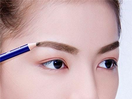 Kẻ lông mày bằng chì: Sử dụng bút chì để tô lông mày có thể làm đường chân mày thiếu tự nhiên, cứng. Thay vào đó, bạn nên chọn phấn mắt có màu phù hợp với lông mày, thoa lên bằng chổi bản nhỏ. Cách này khiến lông mày tươi tắn và tự nhiên, mềm mại hơn.