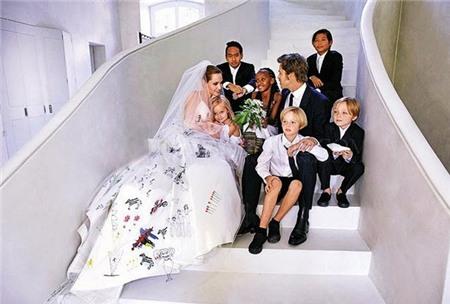 Gia đình đông đúc của cặp đôi trong đám cưới tại Pháp vào năm ngoái.