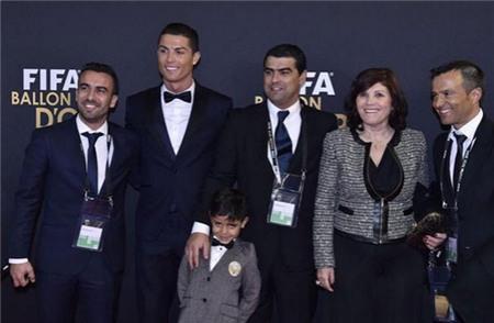 Bạn gái không dự lễ trao giải QBV vì tránh mặt mẹ Ronaldo