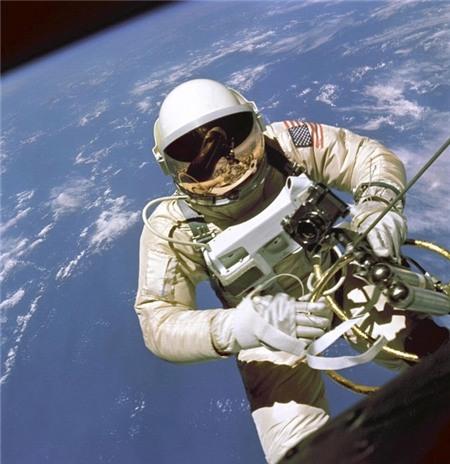 Những lý do khó tin khiến con người tử vong ngoài vũ trụ 8