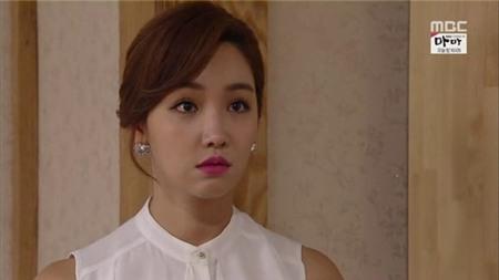 1. Yeon Min Jung trong Jang Bo Ri is Here: Yeon Min Jung (Lee Yoo Ri) là cô gái xấu xa, chuyên lợi dụng người khác. Cô khao khát tiền bạc và có thể làm mọi thứ để leo lên vị trí giàu sang, phú quý hơn. Nếu chàng trai nào mà hẹn hò với một cô gái như này thì sẽ luôn phải suy nghĩ xem cô nàng đang tính toán điều gì trong đầu.