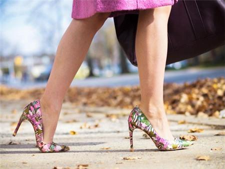 Tín đồ say đắm vì giày cao gót in họa tiết - 1