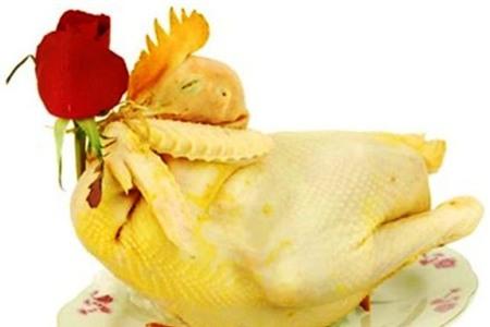 Khi cúng lễ, nên để gà nguyên con, vì vừa đẹp mắt vừa nghiêm cẩn. Ảnh: T.G