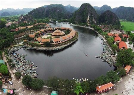 Khu du lịch Tam Cốc - Bích Động với bến thuyền trung tâm nằm ở xã Ninh Hải, cách thành phố Ninh Bình 7 km.