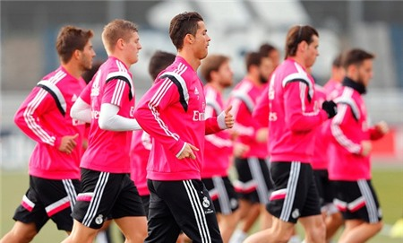 Cristiano Ronaldo buồn bã tập luyện trước khi nhận án phạt
