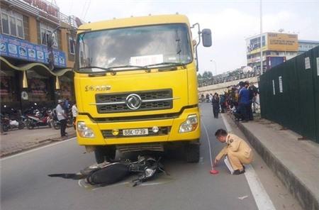 Hà Nội: Cô gái trẻ chết thảm sau khi bị xe ben tông từ phía sau