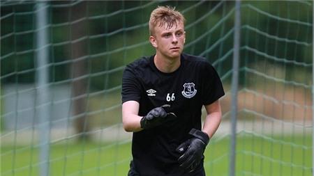 Thủ môn Everton bị đồng đội đánh nhập viện