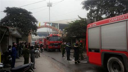 Hà Nội: Lửa cháy ngùn ngụt, bé 5 tuổi thoát chết trong gang tấc