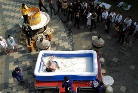 Độc đáo lễ hội đấu vật trong bể đậu phụ 2 tấn dành cho phụ nữ 1