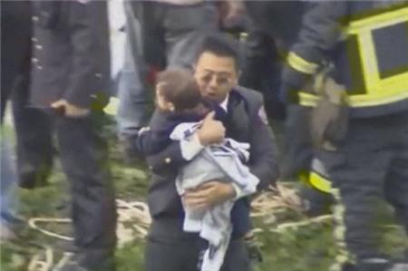 Em bé may mắn sống sót trong tai nạn máy bay TransAsia 1